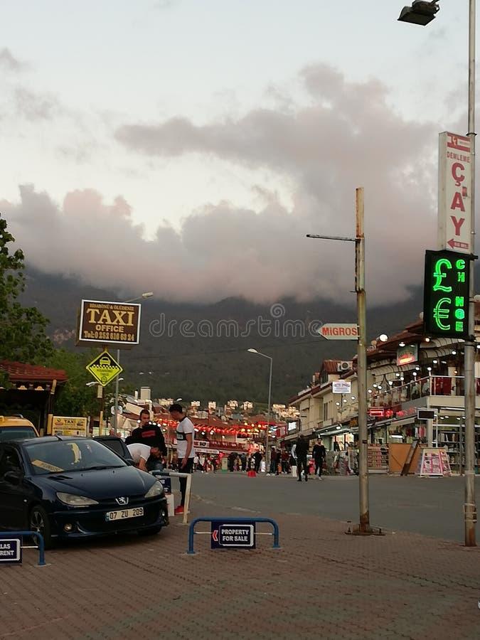 En gataplats med ett svart regnmoln som kommer över berget i Turkiet fotografering för bildbyråer
