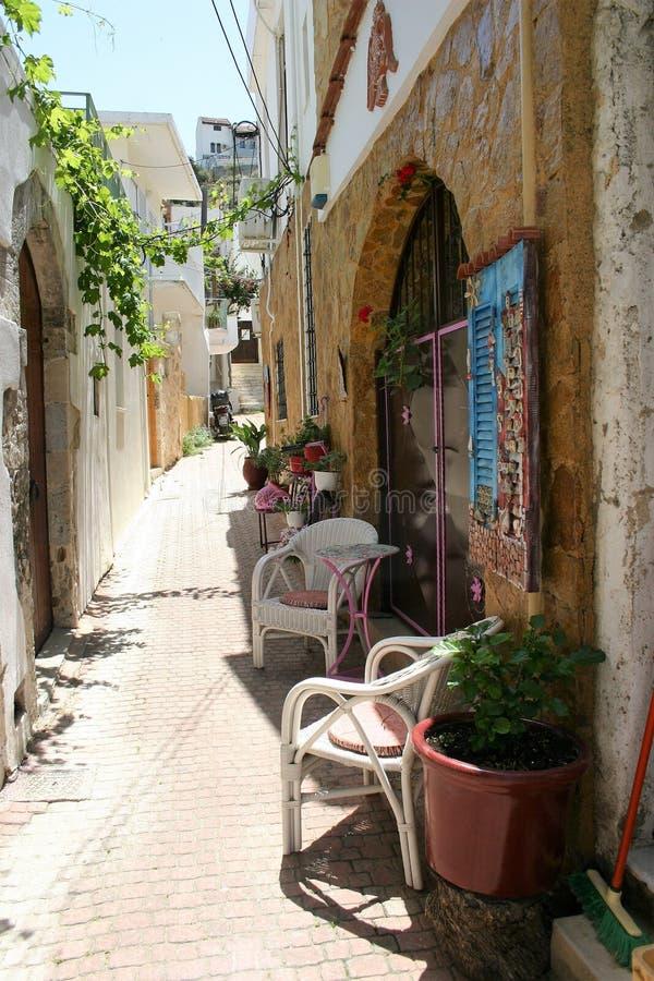 En gatasikt av den Cretan touristic byn Kalyves i Kreta royaltyfri bild
