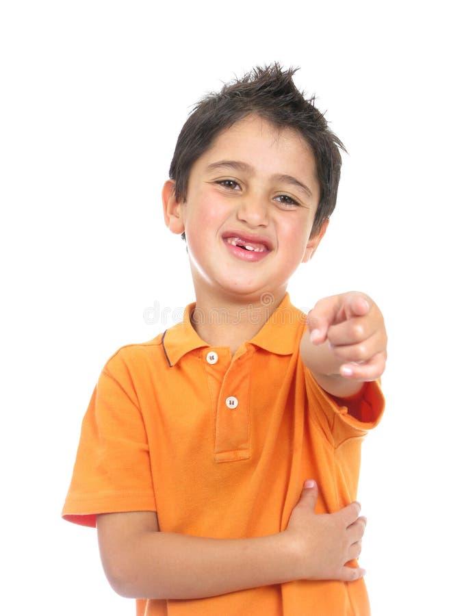 En geïsoleerdr jongen die, glimlacht benadrukt stock afbeeldingen