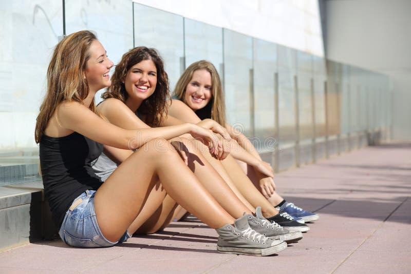 En gelukkig tienermeisjes die spreken lachen royalty-vrije stock afbeeldingen