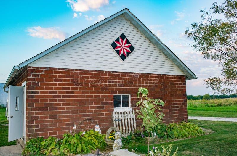 En gemensam garagegarnering på en Iowa lantgård arkivbilder