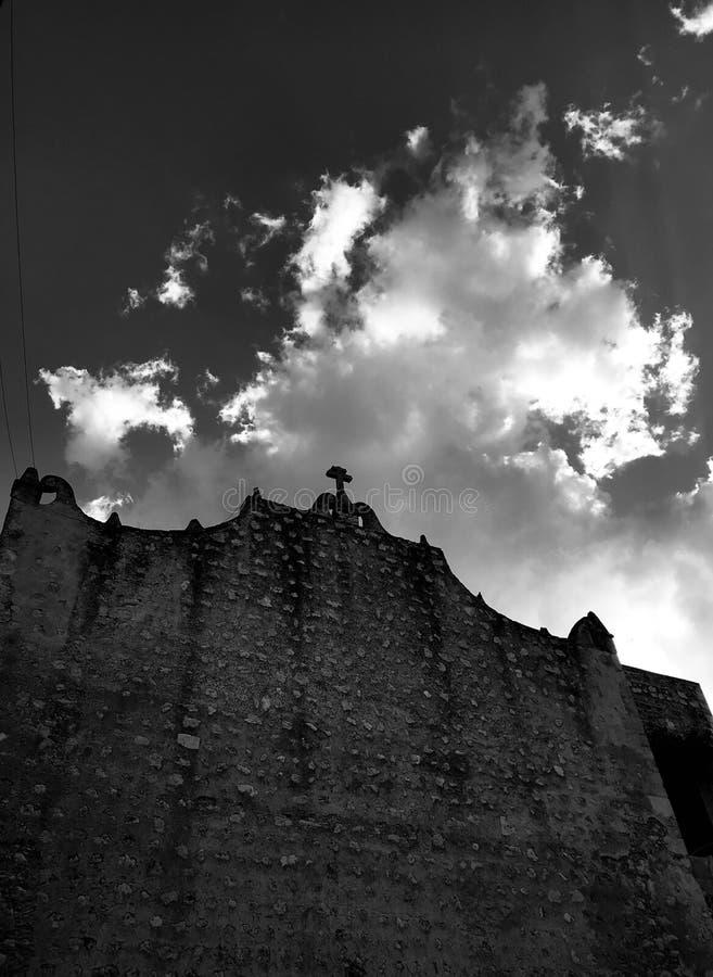 En gemensam kyrklig vägg i hjärtan av Merida, Mexico - MERIDA - YUCATANEN arkivbilder