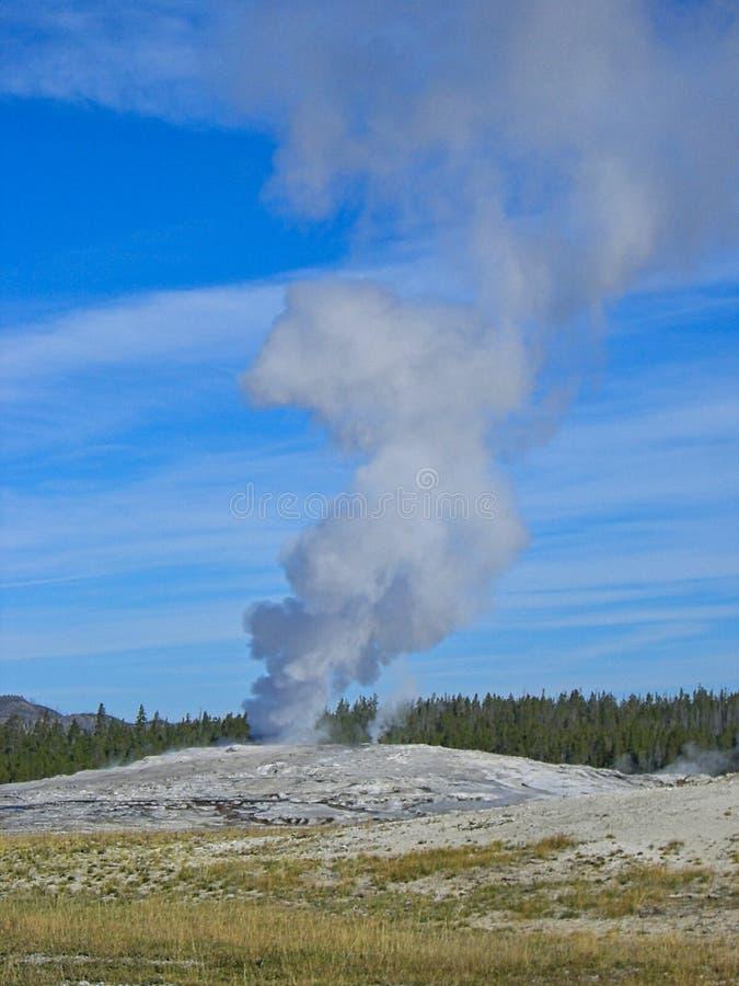 en geyser i de steniga bergen arkivbild