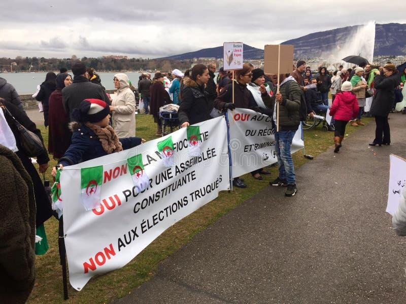 En Ginebra, protesta contra la candidatura de Bouteflika para la elección en Argelia, delante del alto comisario para los derecho imagenes de archivo