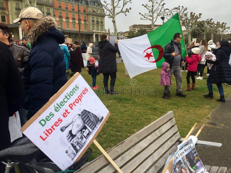 En Ginebra, protesta contra la candidatura de Bouteflika para la elección en Argelia, delante del alto comisario para los derecho fotos de archivo libres de regalías