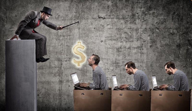 En girig affärsman motiverar kontorsarbetare med en lön arkivbild