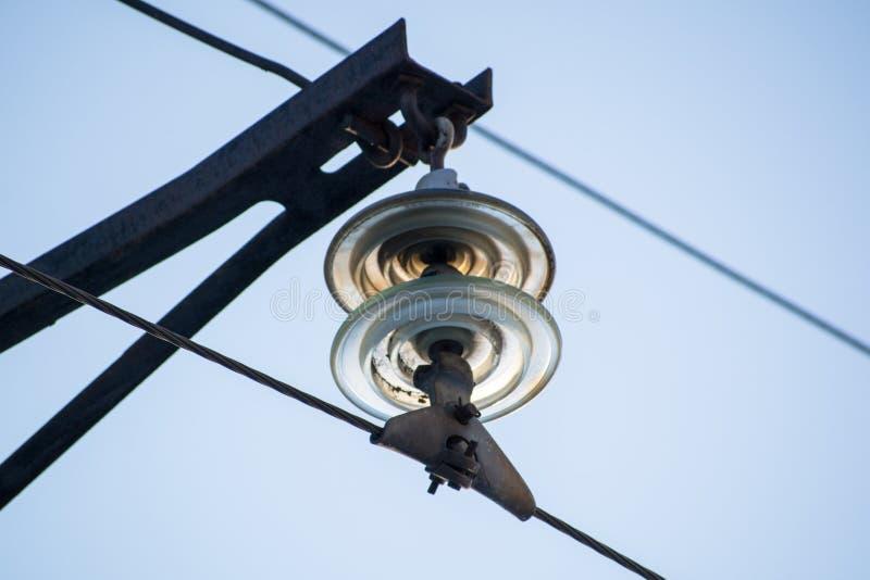 En girland av isolatorer på elektriska trådar royaltyfria foton