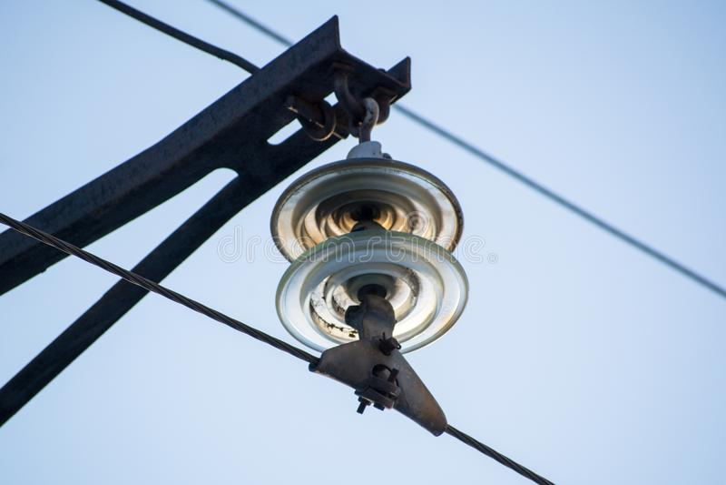 En girland av isolatorer på elektriska trådar fotografering för bildbyråer