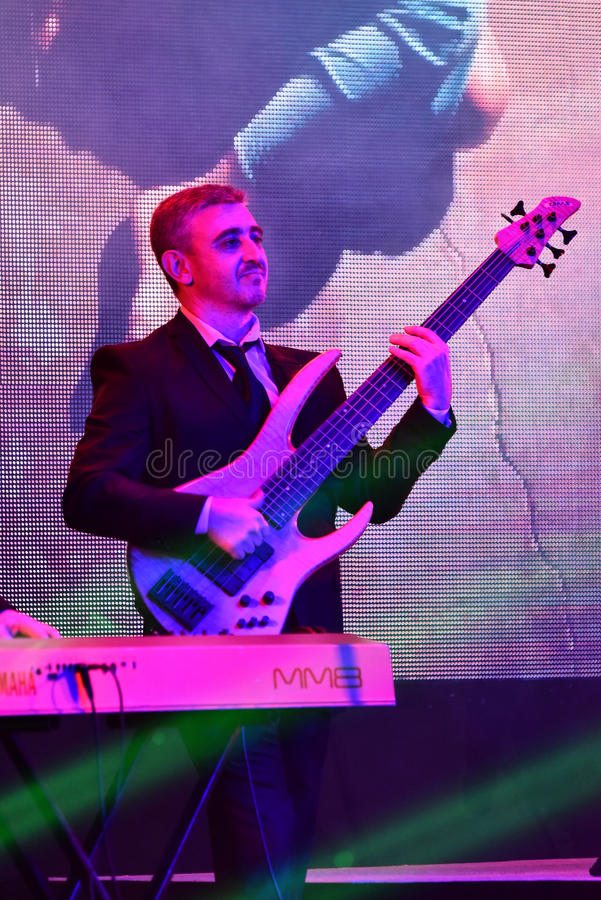 En gitarrspelare på etapp under den stora Apple musiken tilldelar konsert 2016 royaltyfria foton