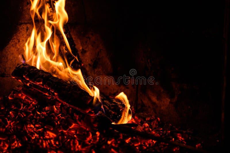 En gl?dande brand i stenspisen royaltyfri fotografi