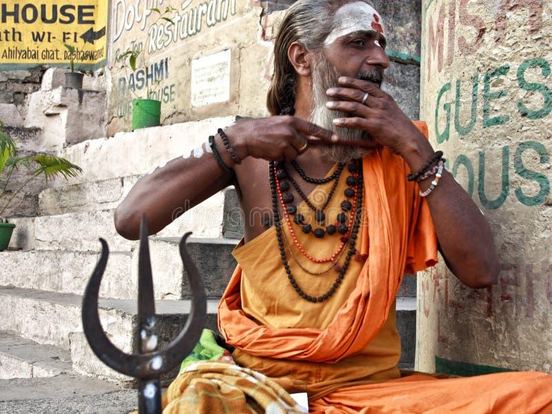 En glad sadhu i Varanasi arkivfoton