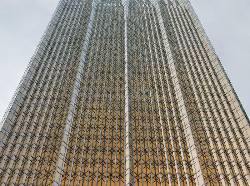 En glasvägg av modern kontorsbyggnad med en guld- glans arkivfoton
