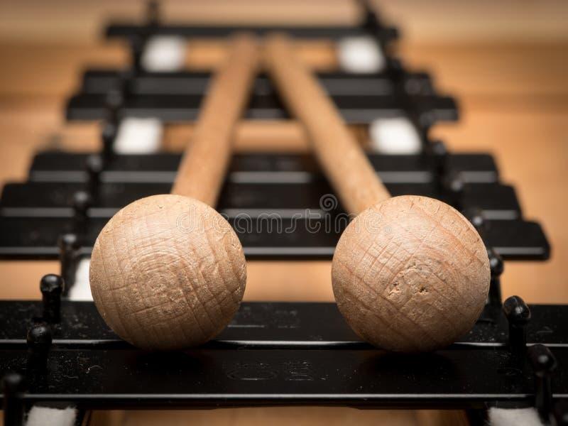 En Glockenspiel med svartvita tangenter och träklubbor royaltyfria bilder