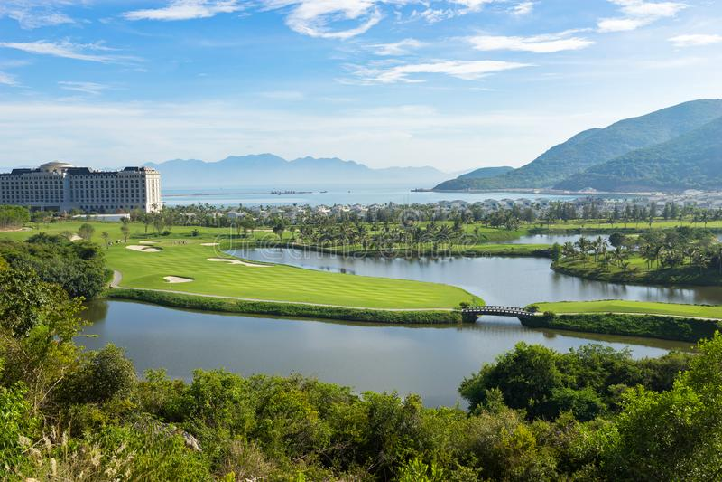En golfbana nära stranden i ön i Nha Trang, Vietnam fotografering för bildbyråer