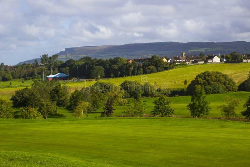 En golffarled och i parklandkursen i fiskromen River Valley nära Limavady i nordligt - Irland med den storartade Bien arkivbilder