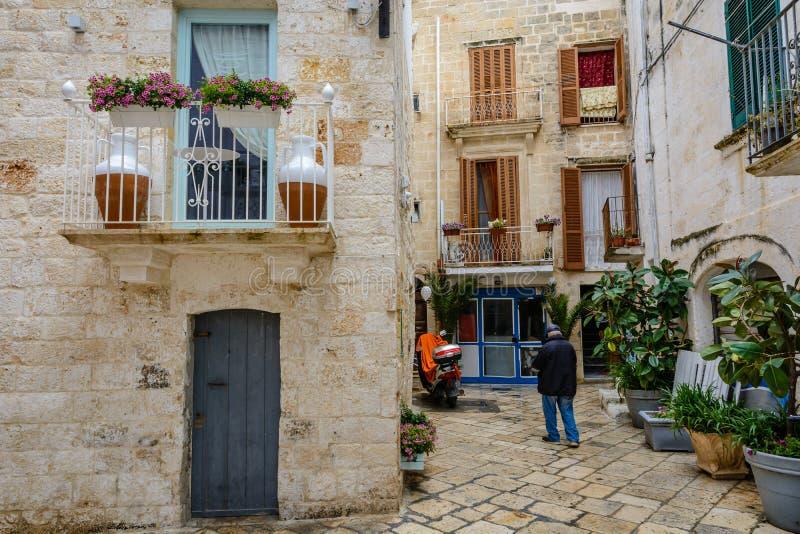 En gränd i Polignano en sto, Puglia, Italien royaltyfri fotografi