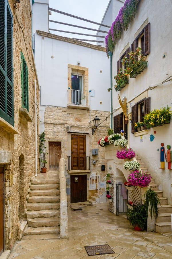 En gränd i Polignano en sto, Puglia, Italien arkivfoto