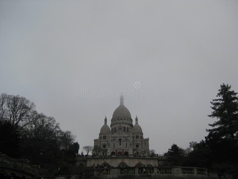 """En grå dimmig dagsikt upp till Sacréen-CÅ """"ur, Paris arkivbilder"""