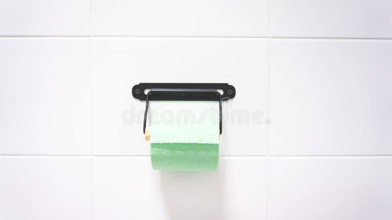En grön rulle av mjukt toalettpapper arkivbild
