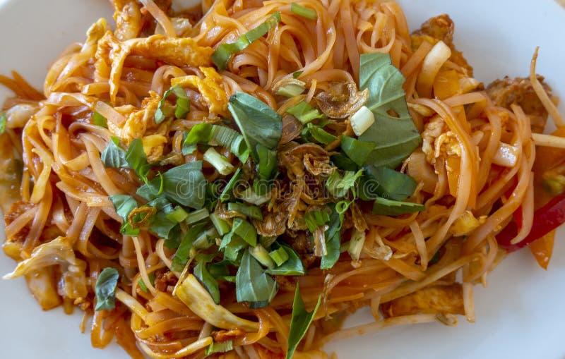 En grönsakspad thailändsk måltid med färsk koriander arkivbild