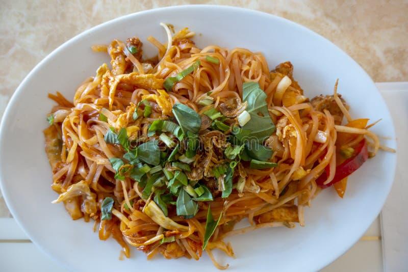 En grönsakspad thailändsk måltid med färsk koriander royaltyfria foton