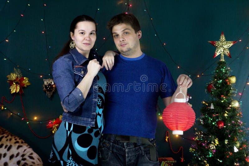 En grabb och en flicka med en kinesisk ficklampa royaltyfri fotografi