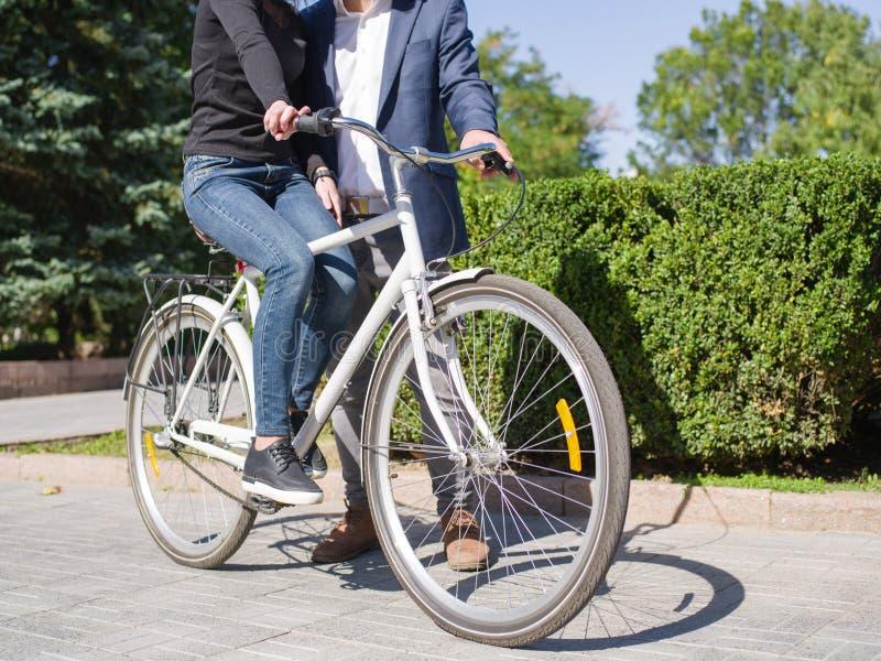 En grabb rider hans flicka på en cykel royaltyfri bild