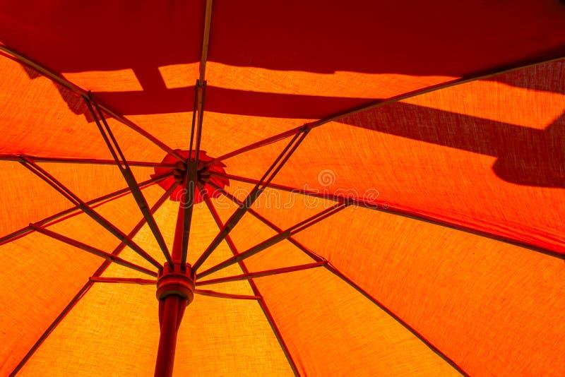 En gros plan la structure du parapluie de plage orange fait en en bois pour la lumière du soleil protégée photo libre de droits