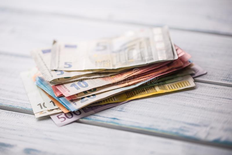 En gros plan une pile des billets de banque se trouvant sur une table en bois images stock