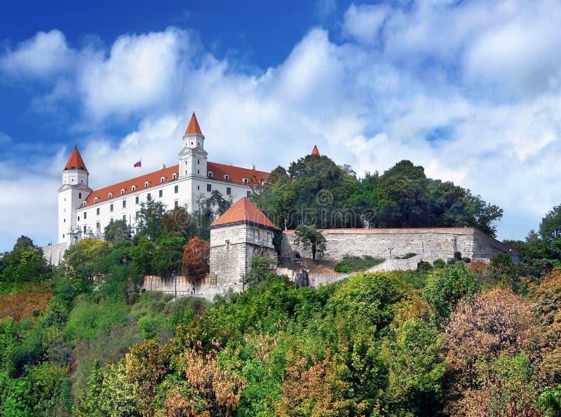 En grumlig sommarvy av Bratislava Castle, Slovakien royaltyfria foton