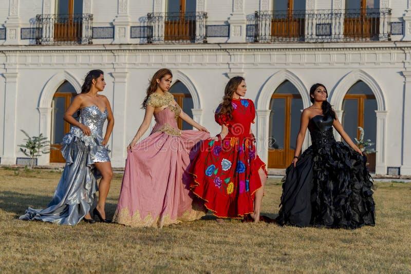En grupp av älskvärda latinamerikanska brunettmodeller poserar det fria på en mexicansk ranch arkivfoto