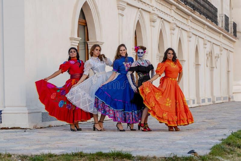 En grupp av älskvärda latinamerikanska brunettmodeller poserar det fria på en mexicansk ranch royaltyfri foto
