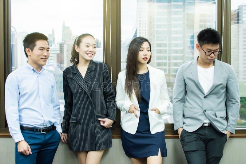 En grupp av affärsfolk som står bredvid fönster arkivbilder