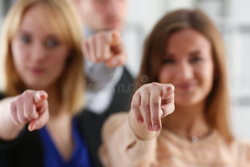 En grupp av att peka för affärsfolk som är deras royaltyfria bilder