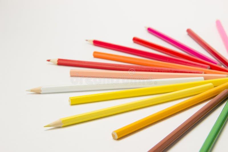 En grupp av blyertspennor vek i regnbågefärger i en cirkel på en whi fotografering för bildbyråer