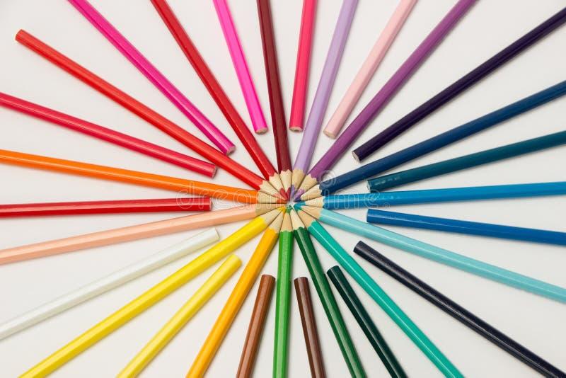 En grupp av blyertspennor vek i regnbågefärger i en cirkel på en whi arkivfoton