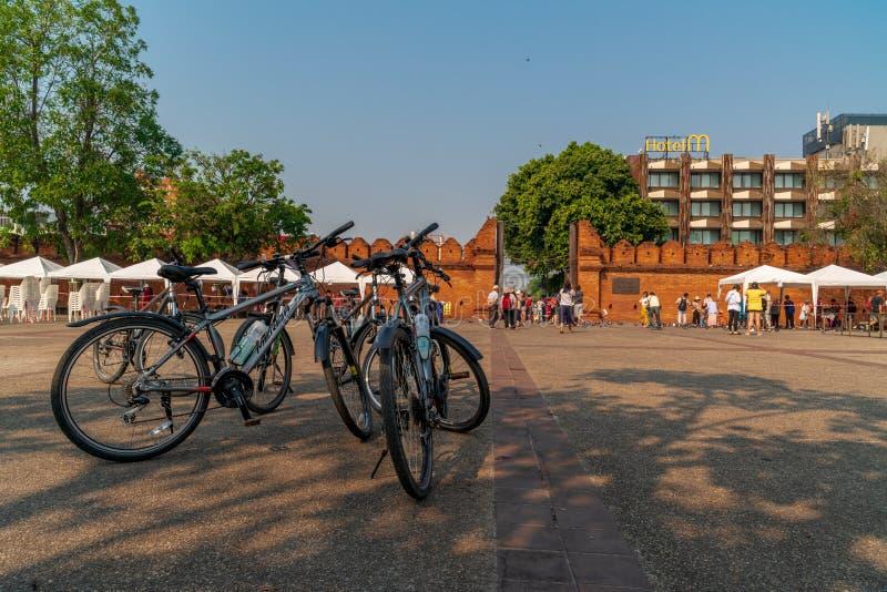 En grupp av cyklister övade och parkerade deras cyklar på fyrkanten av den Thapae porten royaltyfri foto