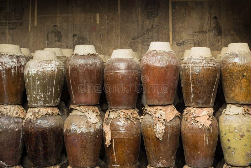 En grupp av den förseglade keramiska öltrumman som lagras i en ölfabrik i Zhouzhuang vattenstad, Kina arkivfoton