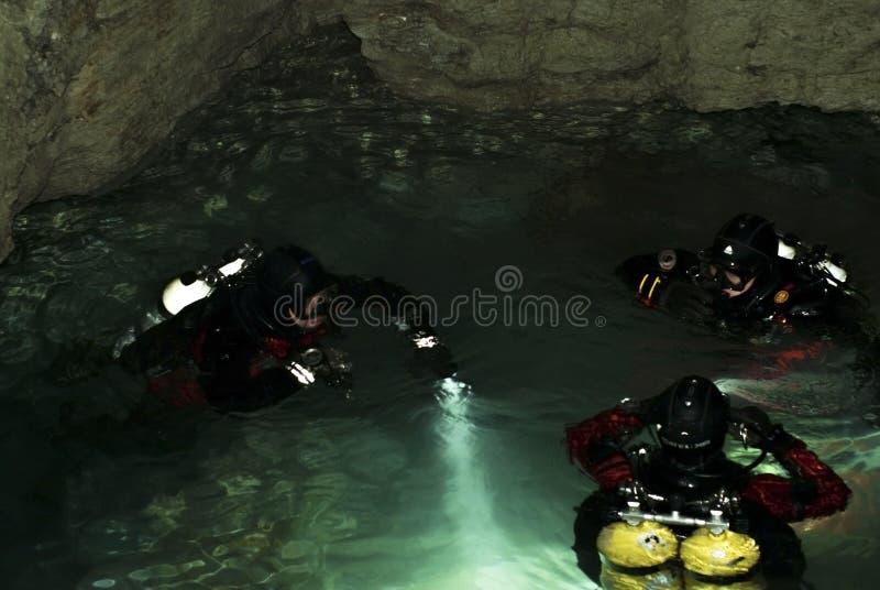 En grupp av dykare förbereder sig att dyka in i den undervattens- delen av den Orda grottan royaltyfri foto