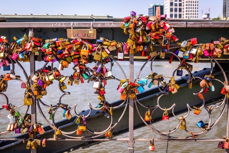 En grupp av färgrika hänglås fotografering för bildbyråer