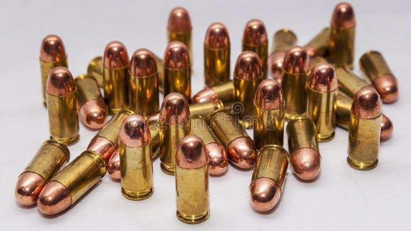 En grupp av 45 för metallomslag för kaliber fulla kulor arkivbilder