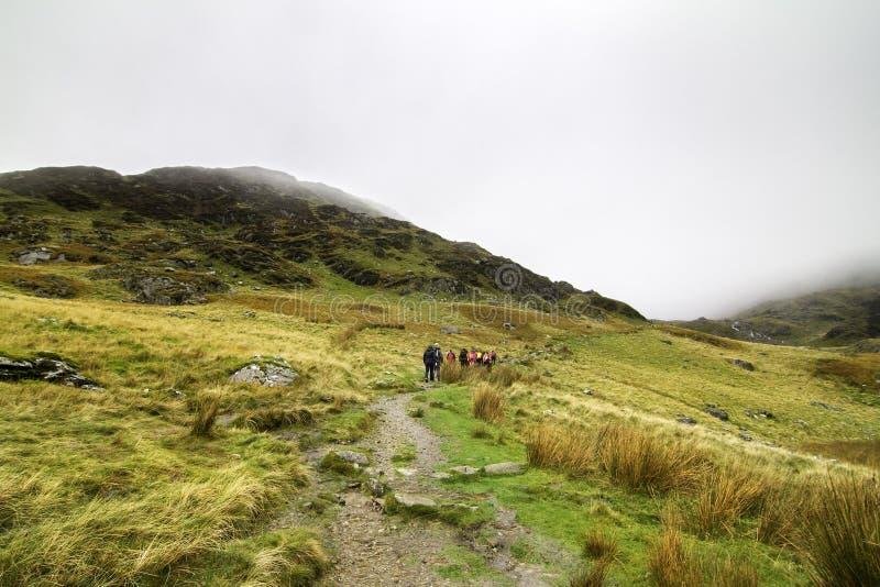 En grupp av fotvandrare i den Snowdonia nationalparken i Wales arkivbilder