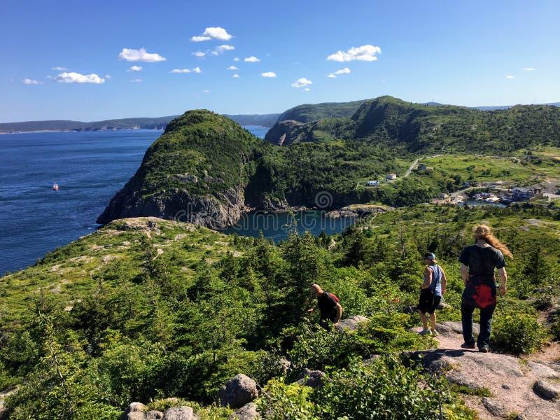 En grupp av fotvandrare undersöker de ojämna kusterna av Newfoundland förutom St John royaltyfri foto