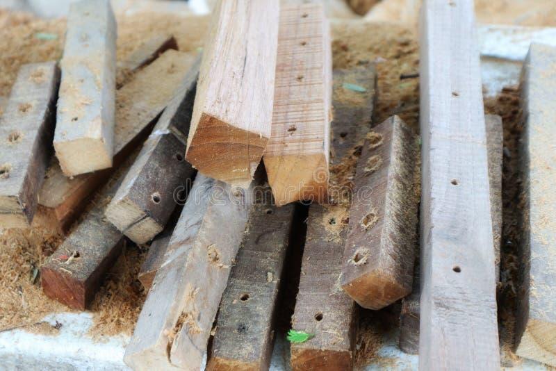 En grupp av gamla trähögar staplade mycket trächiper i möblemanglagret arkivfoton