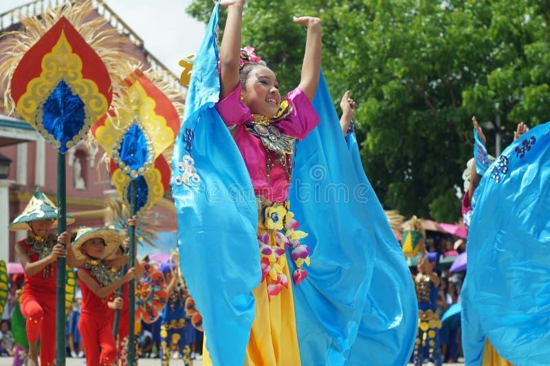En grupp av gatadansare i olika dräkter dansar på den kyrkliga plazaen arkivfoto