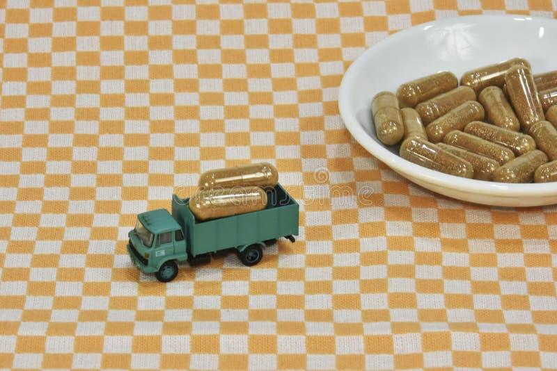 En grupp av grönt te, på bladkapslar eller piller lastbil som bär kapslar för grönt te trans. av hälsa sund påfyllning arkivfoton