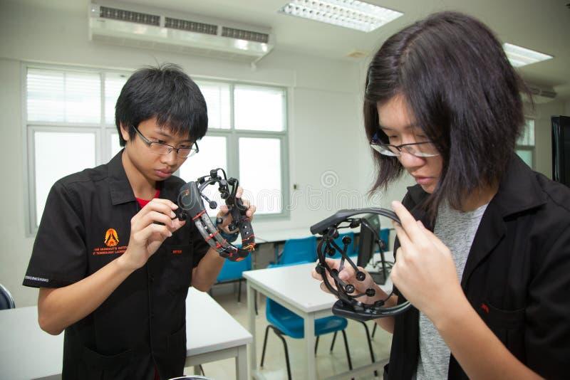 En grupp av högstadiumstudenter studerar elektronik och robotteknik royaltyfria bilder