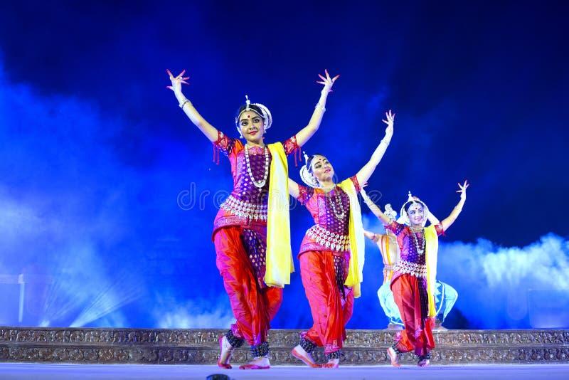 En grupp av klassiska Odissi dansare som utför den Odissi dansen på etapp på den Konark templet, Odisha, Indien royaltyfri foto