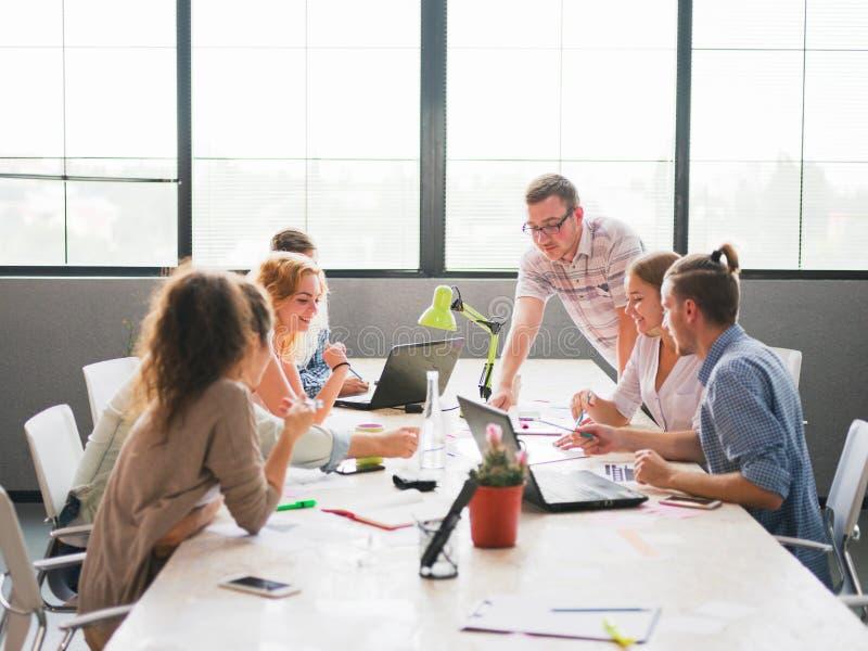 En grupp av kontorsarbetare som diskuterar problemen för affär för företags` s royaltyfri foto