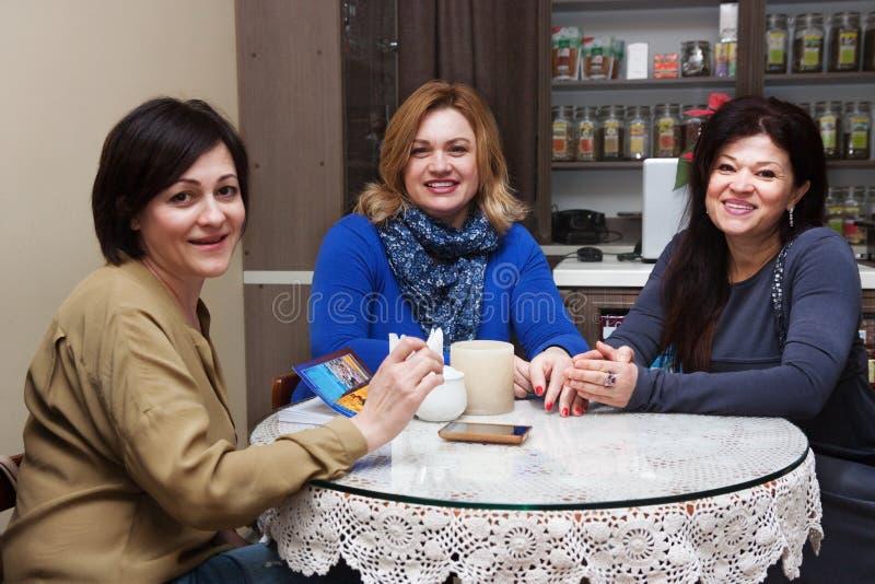 En grupp av kvinnor 40 år i kafé royaltyfri fotografi